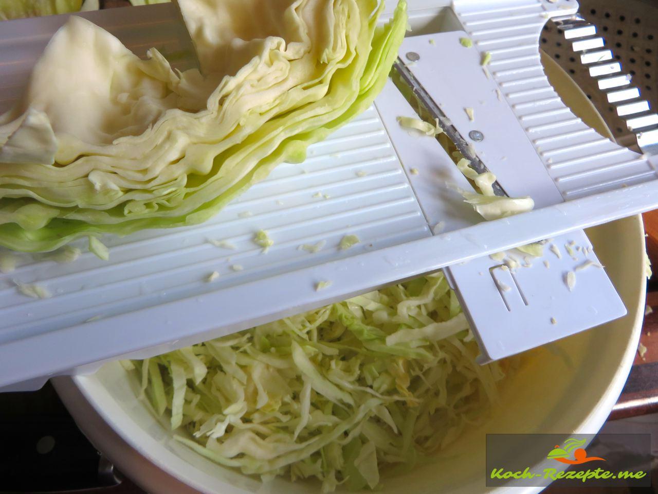 Weisskraut wird fein geschnitten