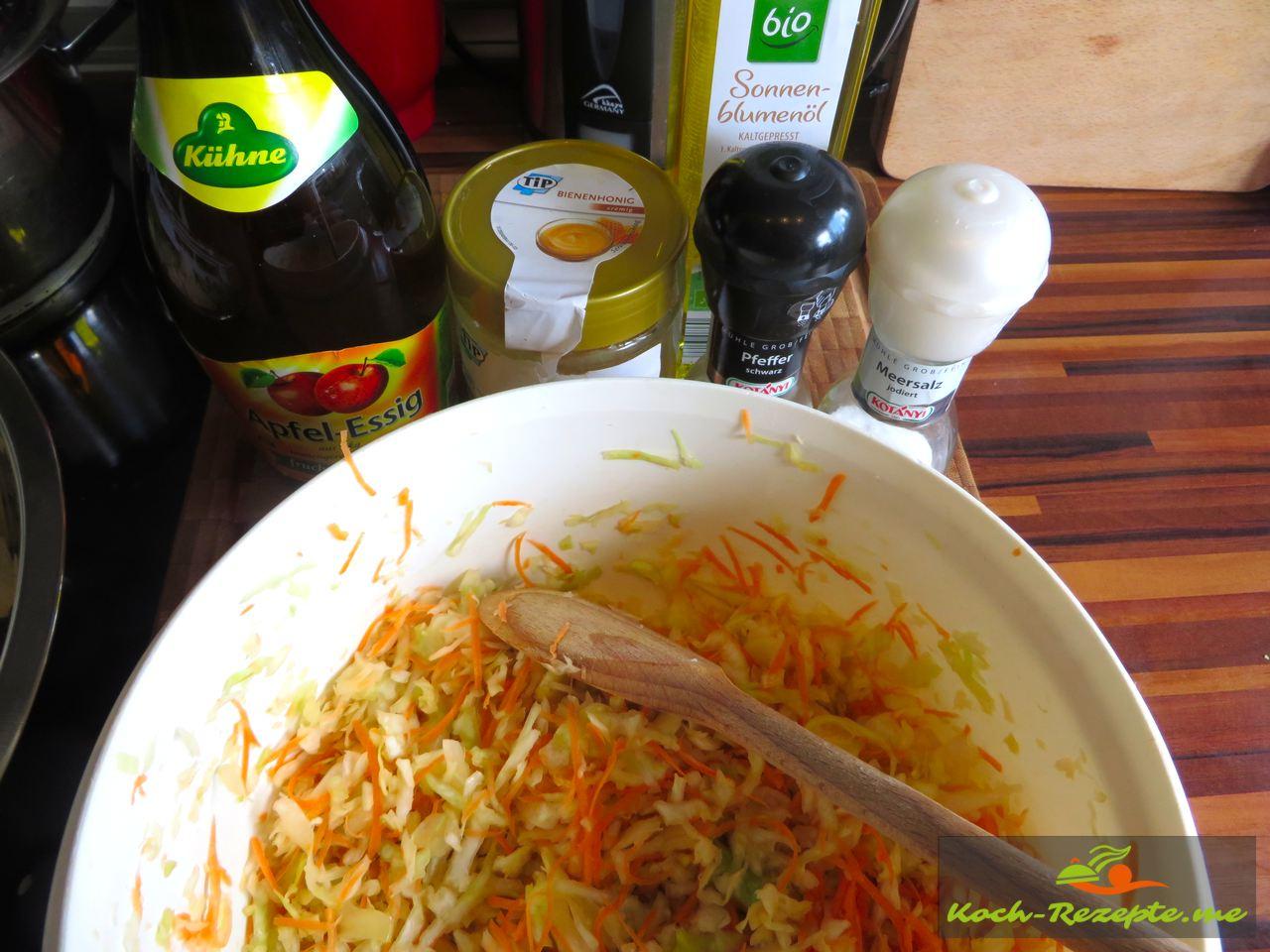 Weisskraut und die Karotten bekommen jetzt eine feine Sauce aus Honig, Apfelessig, Sonnenblumenöl, Pfeffer und Salz, dann sollte er 30 Minuten durchziehen.