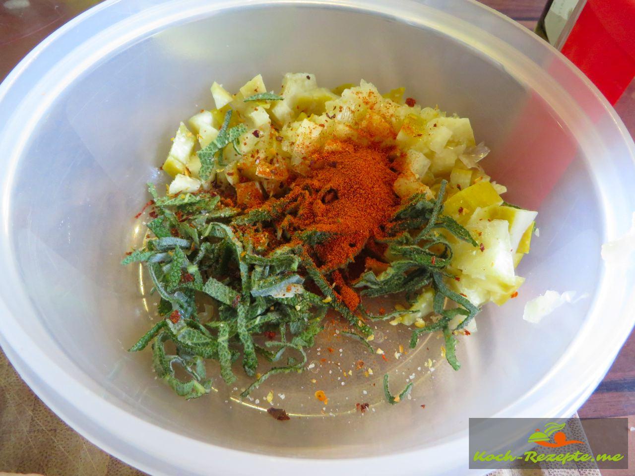 Salz-Zitrone in Würfel schneiden mit Salbeistreifen und Gewürzen vermischen