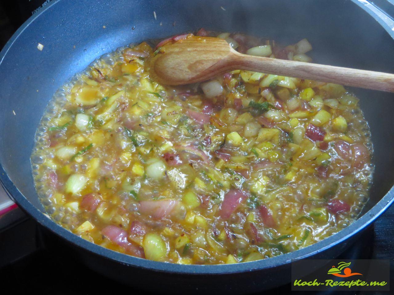 Die Mischung wird mit Wein und Wasser abgelöscht und ein wenig eingekocht