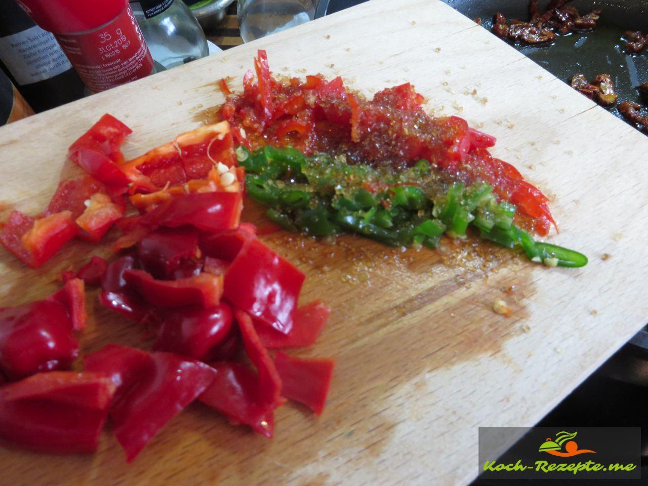 Trockentomaten und Spitze Paprika mild mit etwas braunem Zucker  für einen Brotsalat Rezept