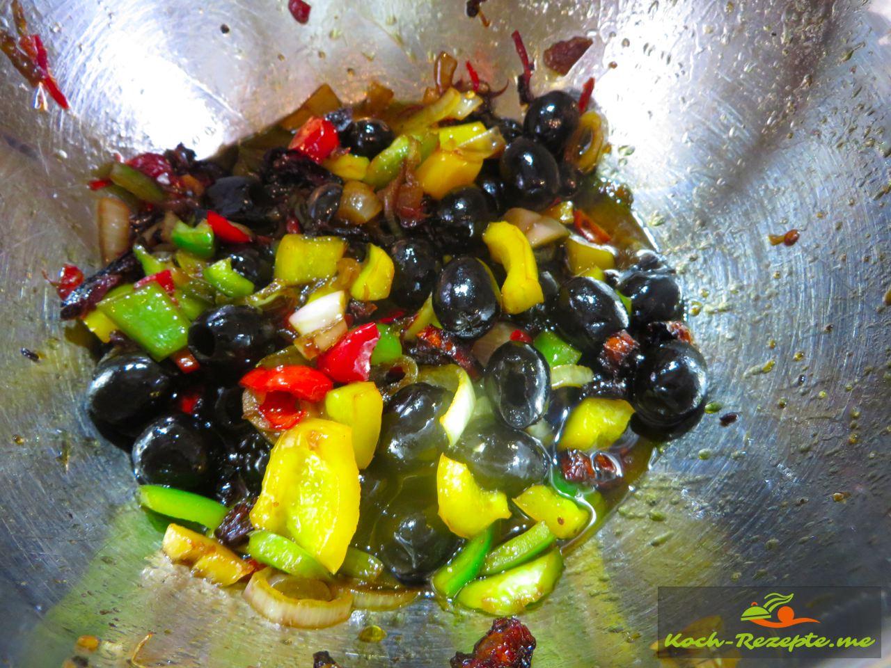 Zutaten in der Marinade umrühren  für einen Brotsalat Rezept