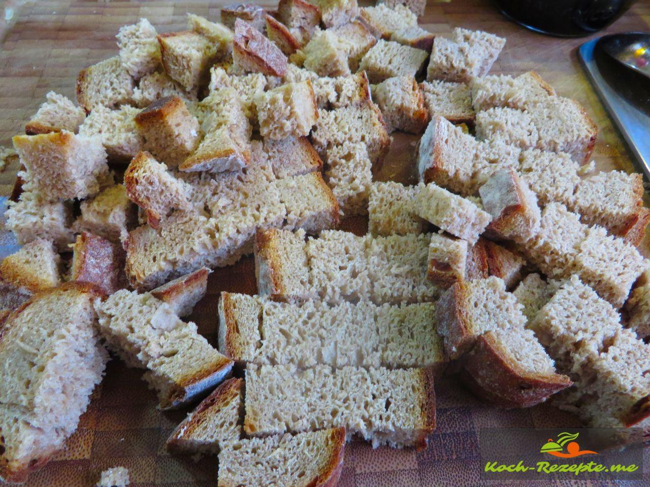 Roggenbrot in Würfel  für einen Brotsalat Rezept