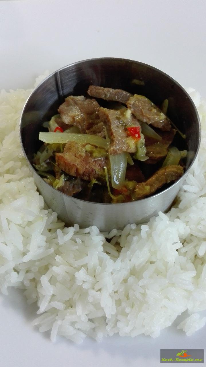 In die Reismitte das Schweinefleisch mit Ingwer Sauce geben