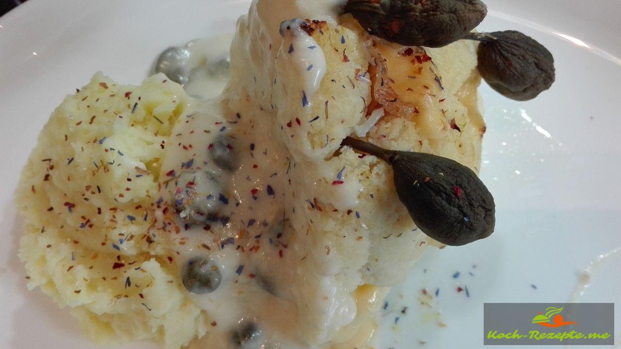 mein Rezept Blumenkohl mit Käse, Schinken, Kapernbeeren  gespickt und im Backofen gebacken.
