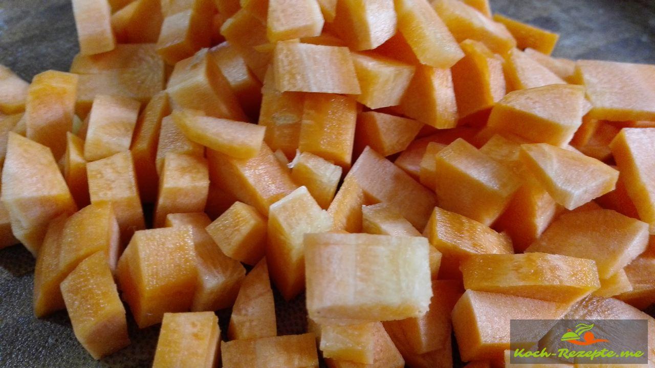 Kartoffel und Möhrenwürfel gar kochen