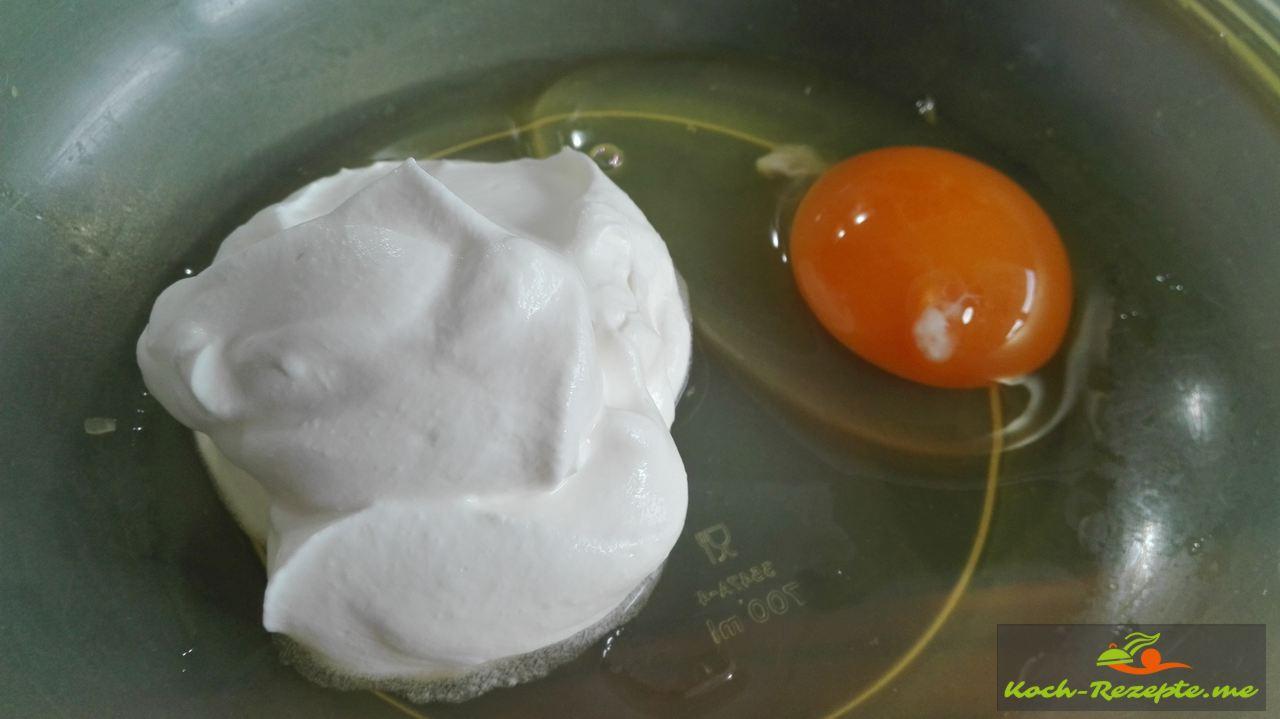 frisches Ei mit geschlagener Sahne
