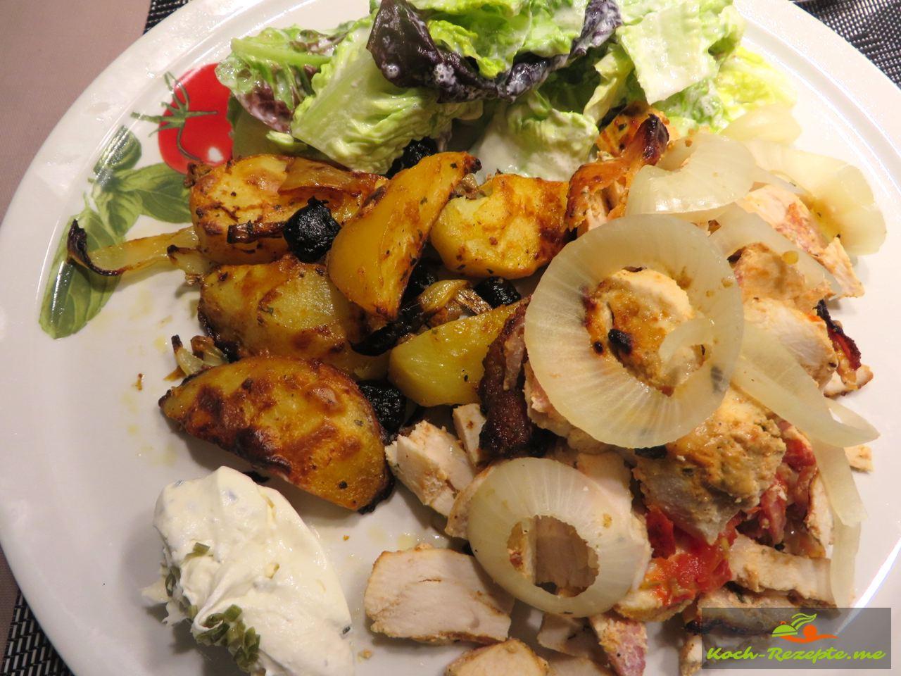 ein Teller Hähnchen-Gyros Spieß mit Kartoffelecken und Salat