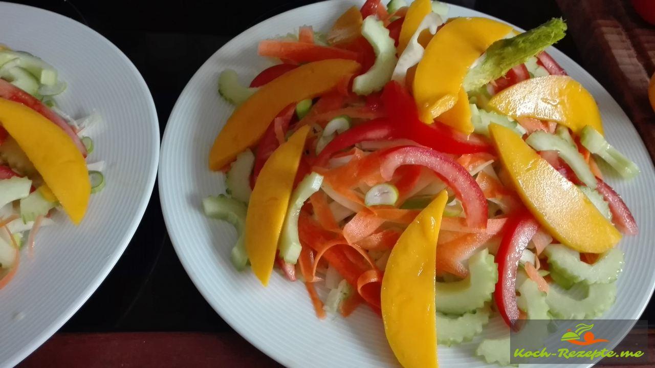 Tomate, Gurke, Avokado und Mango Streifen auf den Eisberg schichten