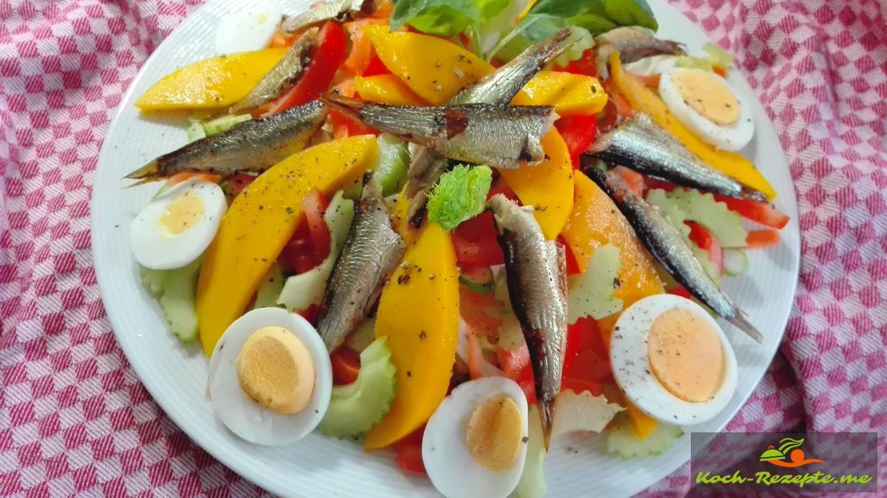 Eierscheiben, geräucherte  Sprotten auf den Salat legen