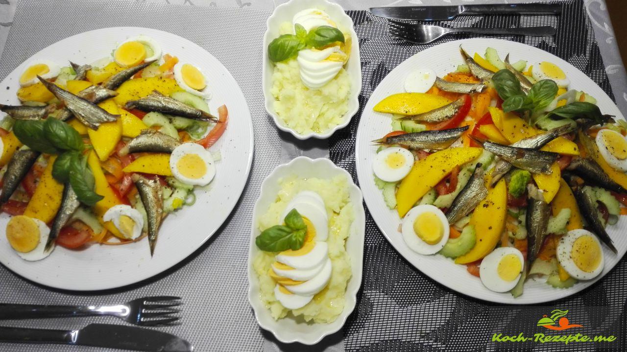 gemischter Salat Rezept frisch und bunt mit Sprotten mit Kartoffelpüree