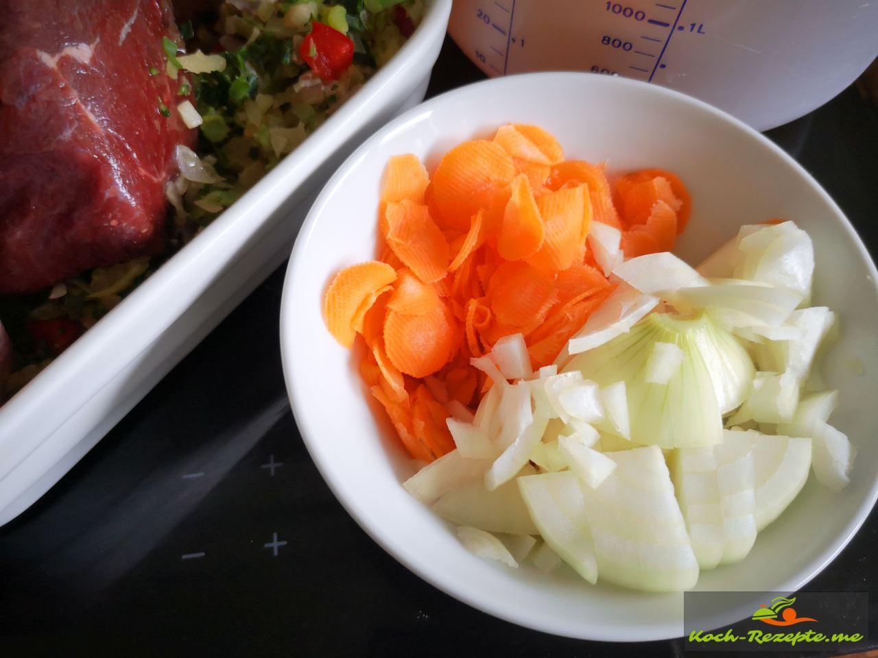 Möhren und Zwiebel in Scheiben schneiden