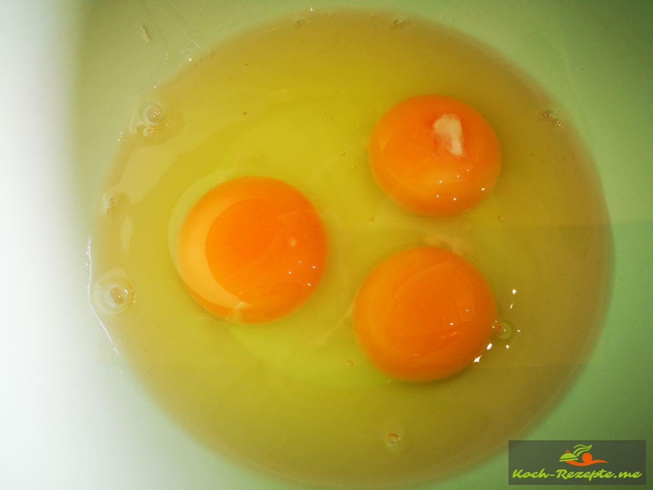 3 Eier in Schüssel geben