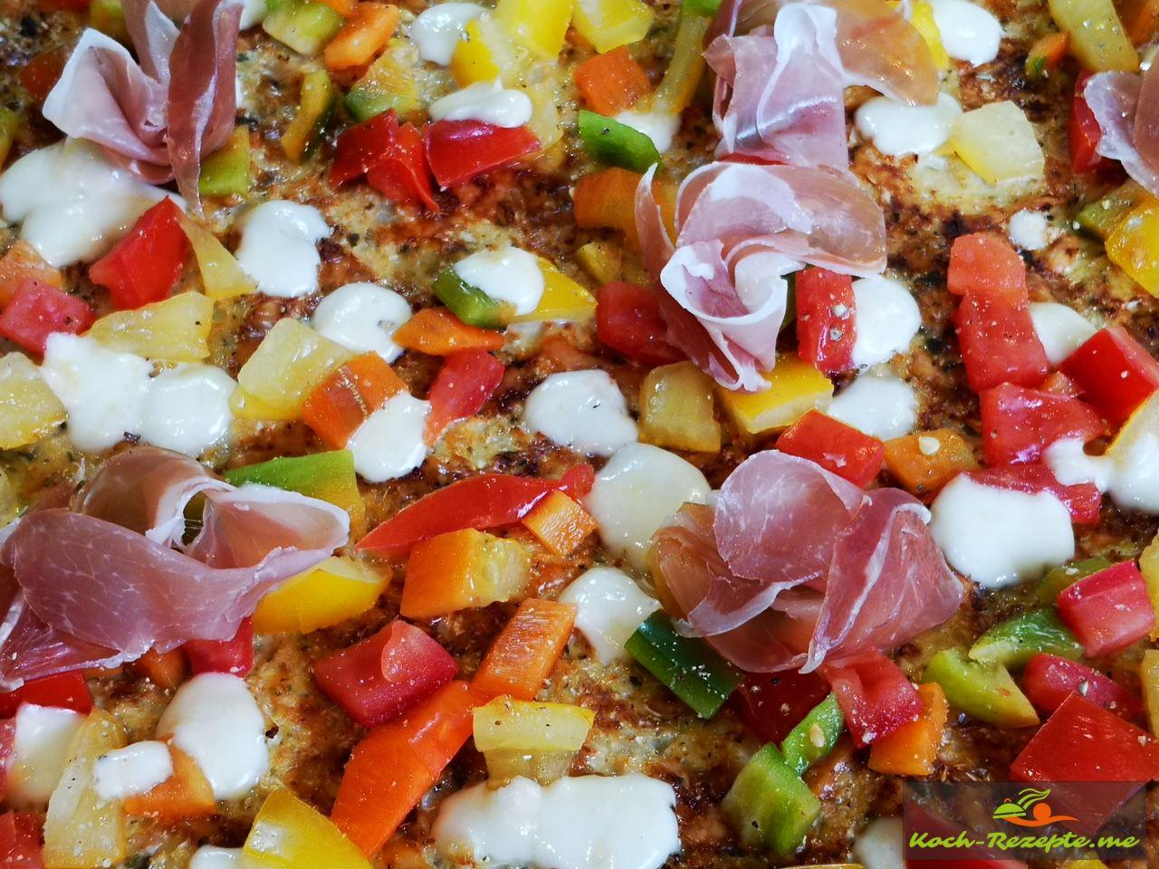 dann die Blumenkohl-Pizza mit Schinken ,Salat, Kirschtomaten belegen