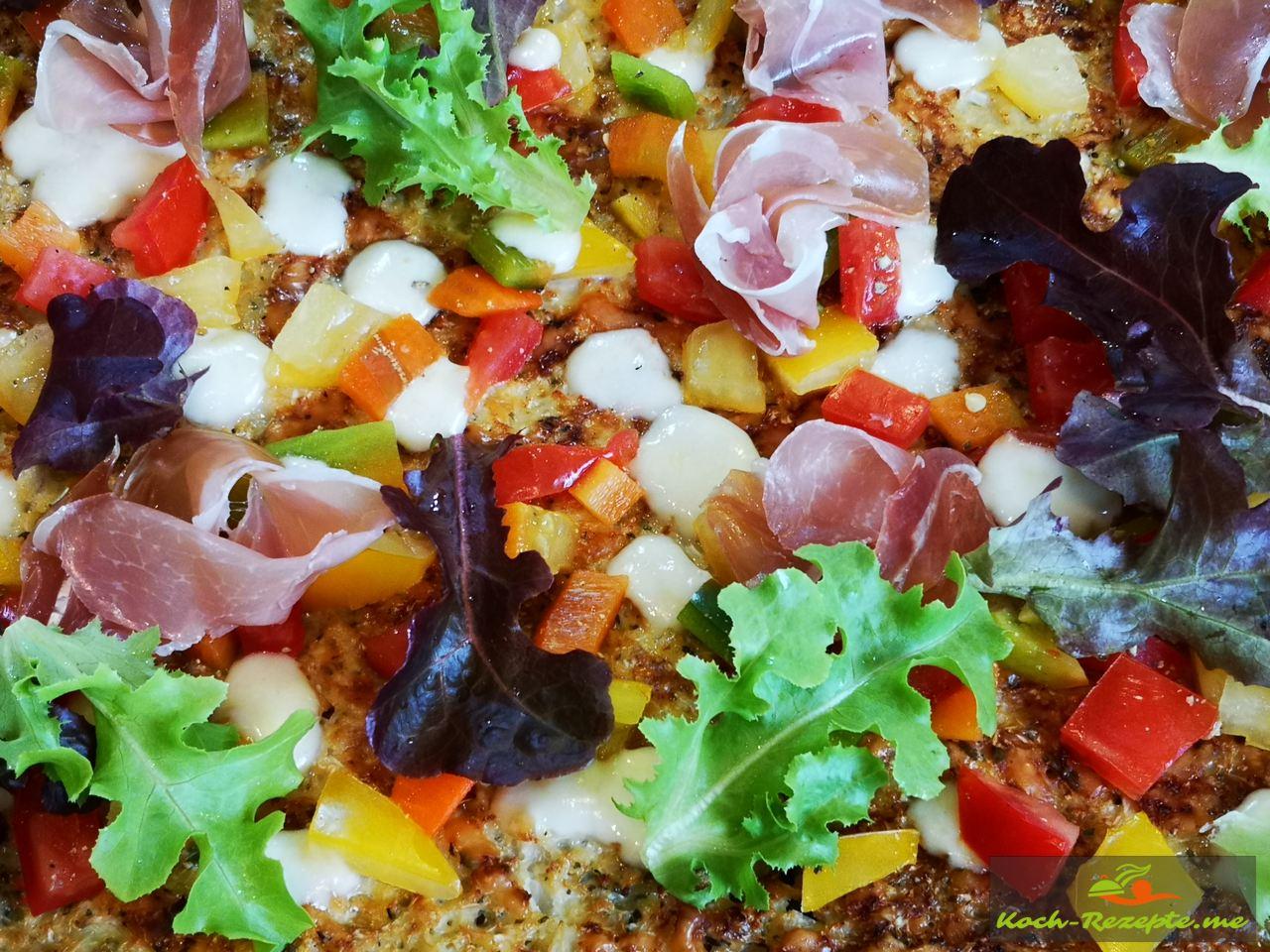 Low Carb Blumenkohl-Pizza, lecker und einfach zubereitet.