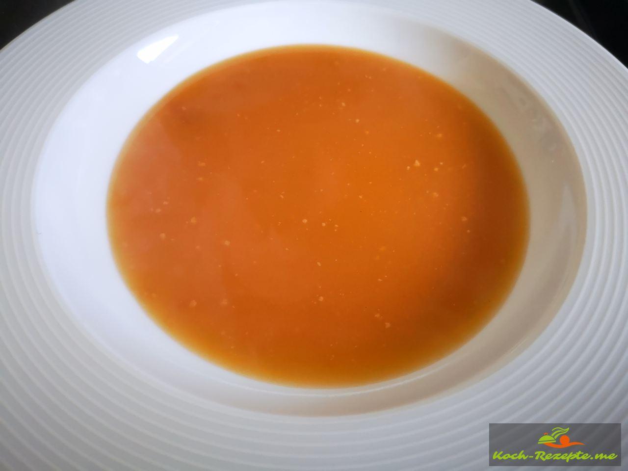 Die ferige Sauce in einen tiefen Teller geben