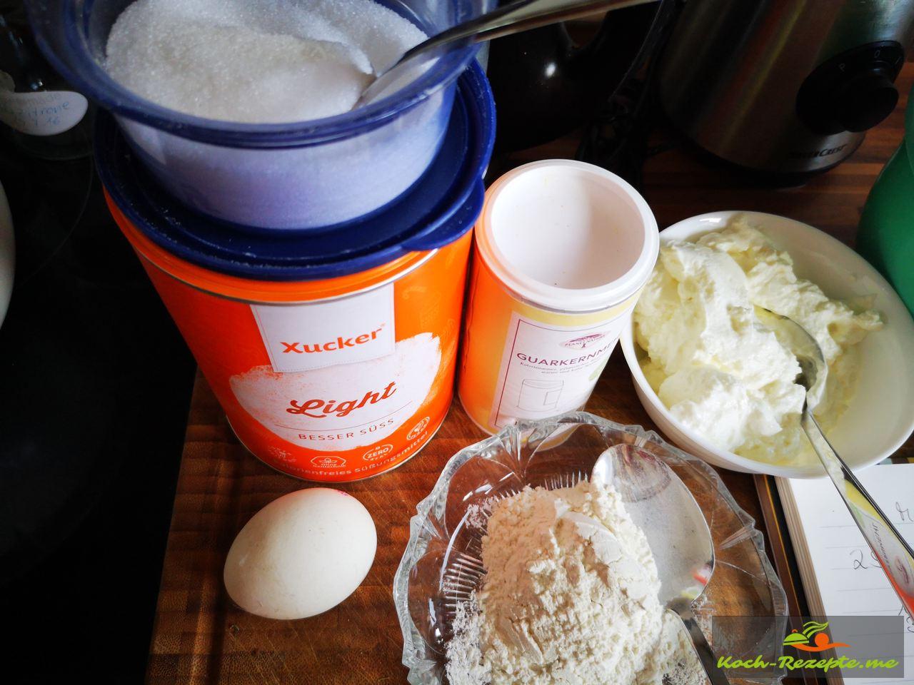 Der Knödelteig wird aus Magerquark, Mandelmehl und Guarkernmehl, Ei, Xucker und Aprikosen hergestellt.