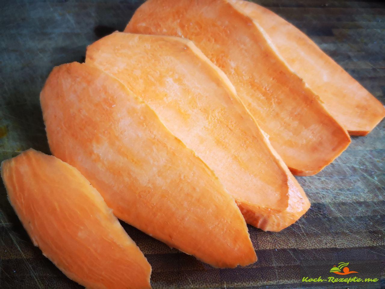 Süßkartoffel und in Scheiben schneiden im Backofen auf Backpapier garen