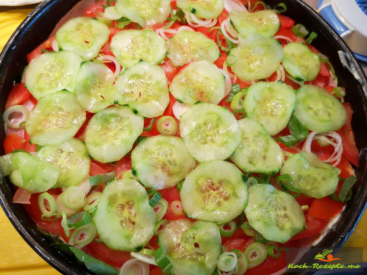 Salatgurkenscheiben schichten
