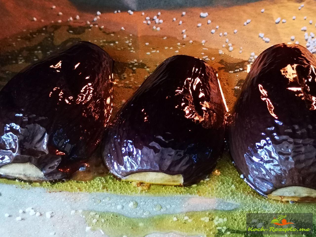 Auberginen 30 Minuten auf Schnittseite backen