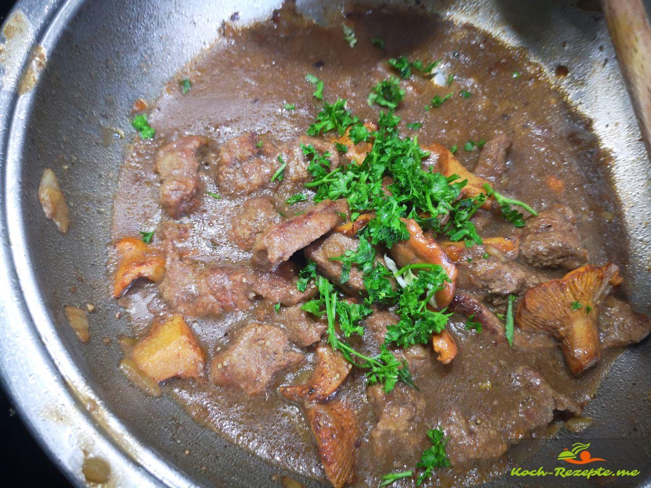 Kurz aufkochen und bei kleiner Hitze 8 Minuten ziehen lassen, mit Petersilie und Sojasauce abschmecken