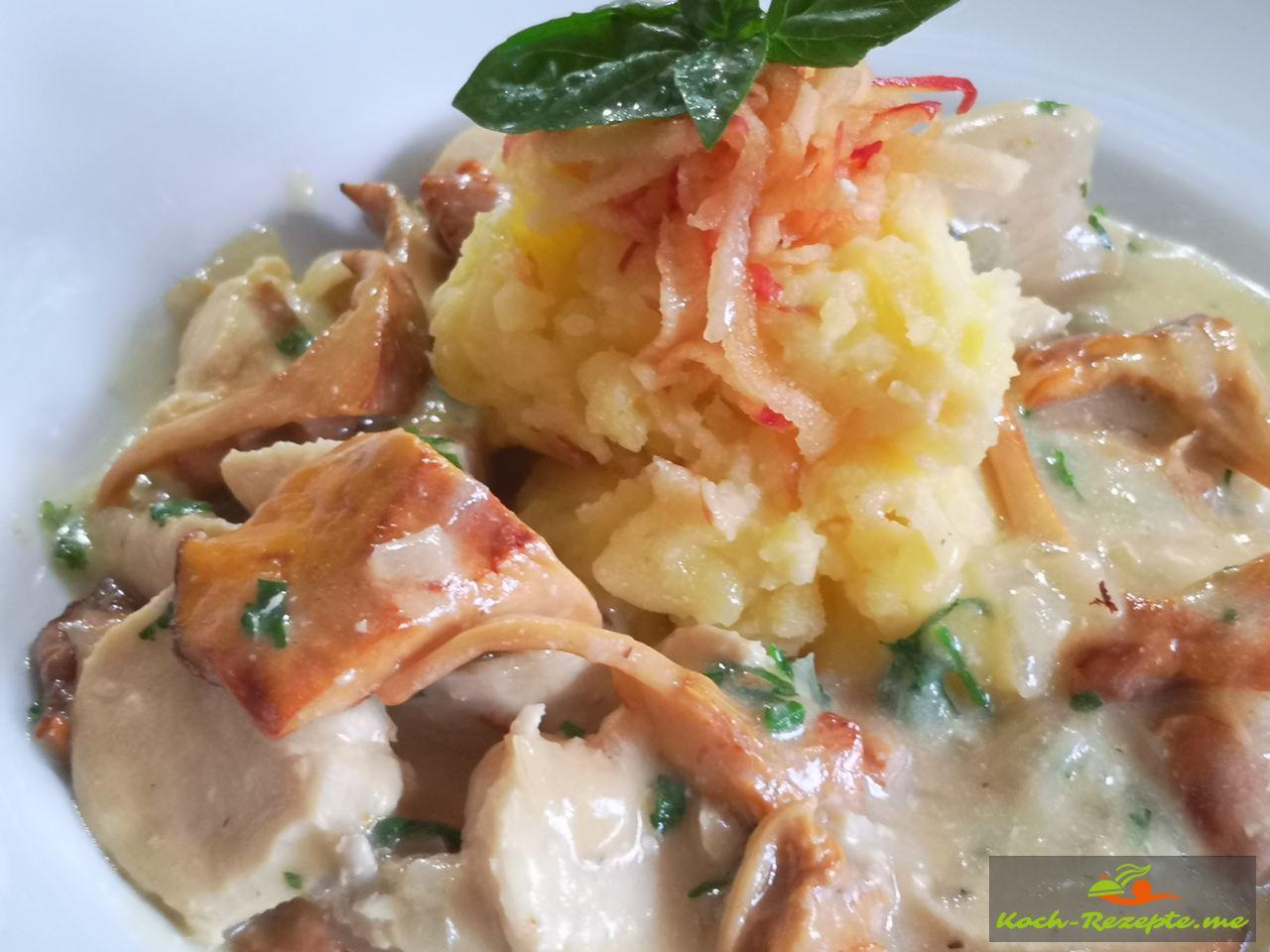 Hähnchen mit Pfifferlingen in Weißweinsauce als Beilage Kartoffel-Apfel Stampf.