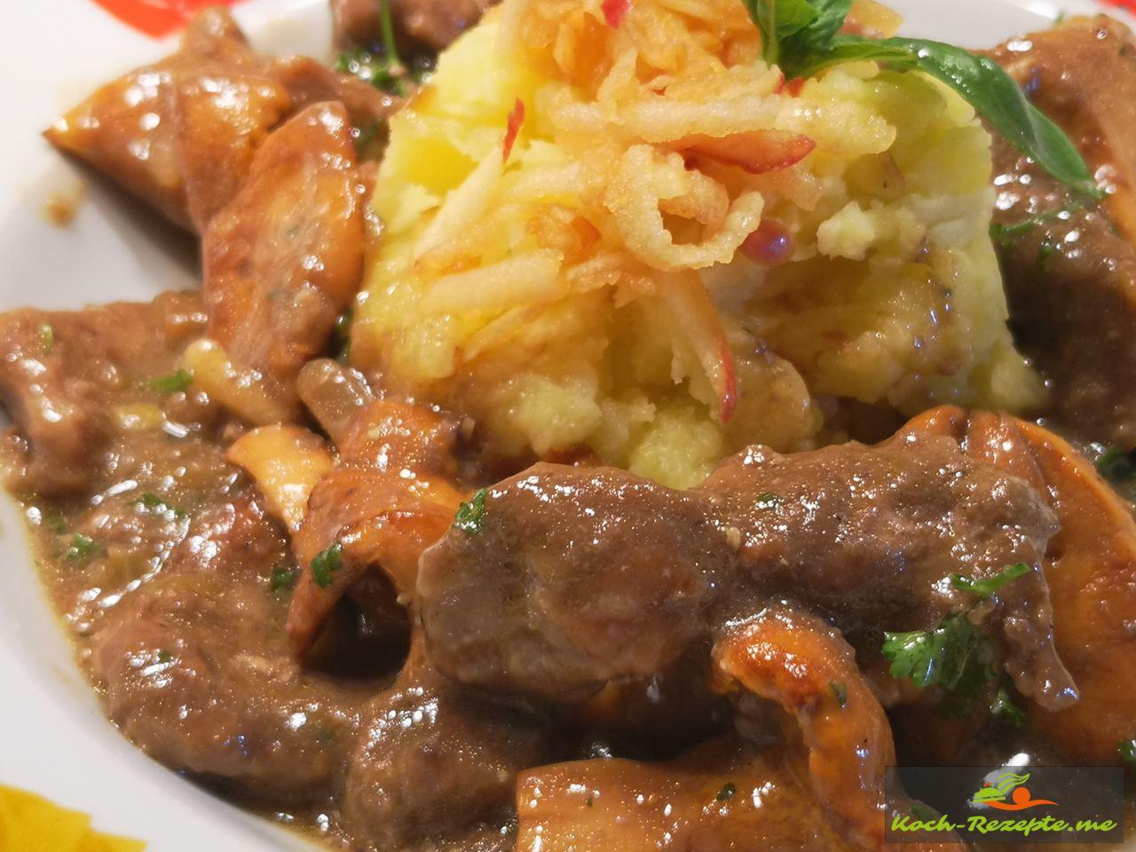 Kalbsleber mit Pfifferlingen, Rotweinsauce und Kartoffel-Apfel Stampf