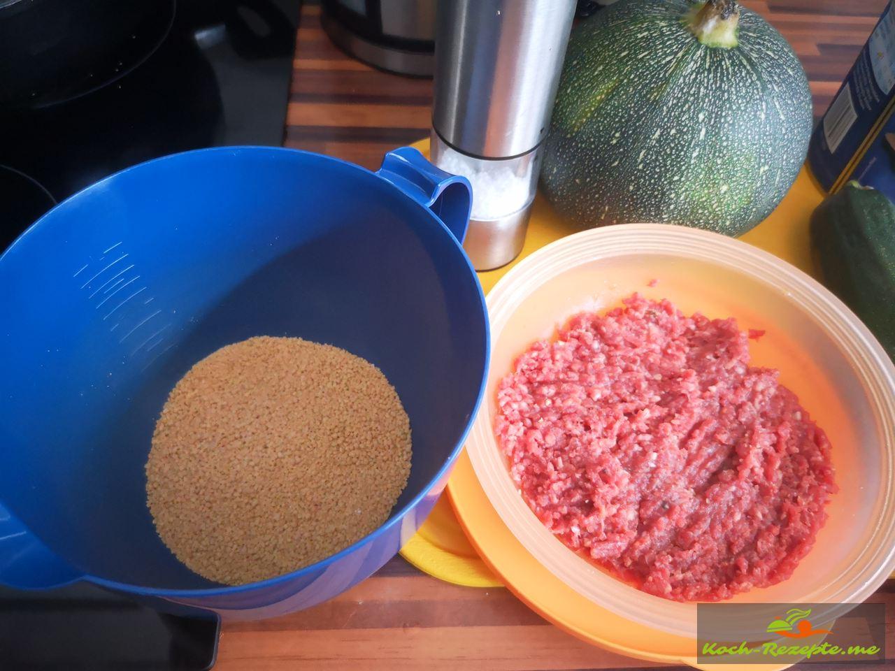 Couscous und Rinderhackfleisch vermischen