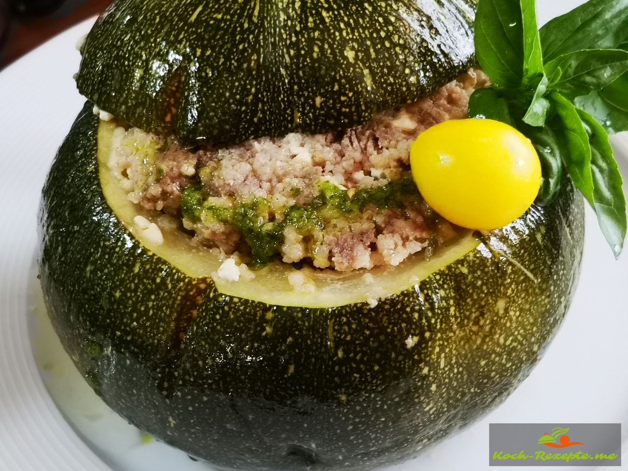 Fertig ist das Mittagsessen:Kugelzucchini gefüllt mit Rinder-Hackfleisch,Couscous und Feta