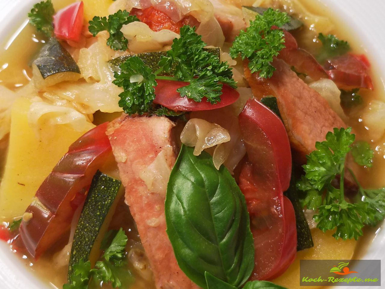 Spitzkohl mit Kassler Eintopf mit Kartoffeln, Zwiebeln, Zucchini