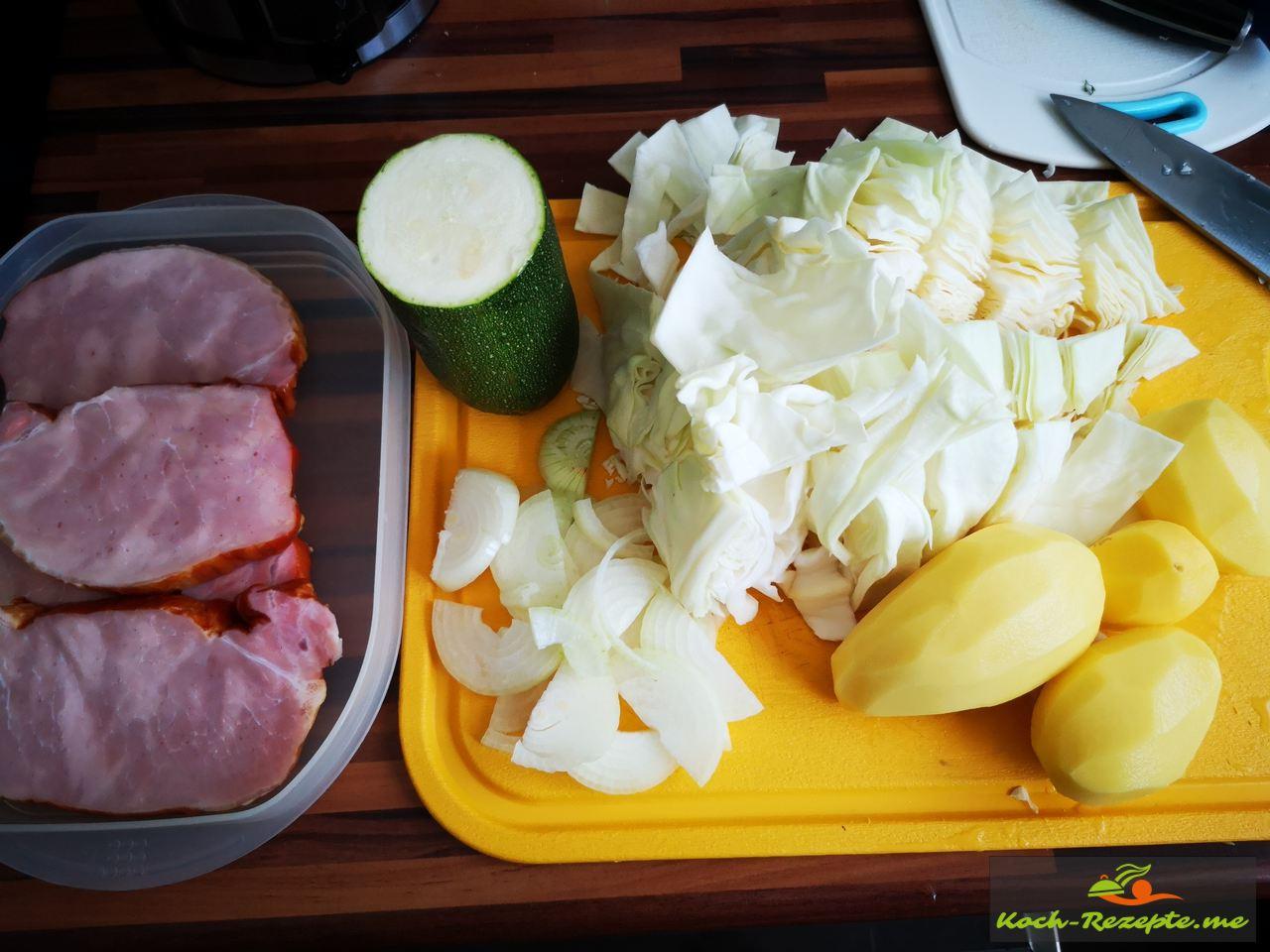 Zutaten für Spitzkohl mit Kassler Eintopf mit Kartoffeln, Zwiebeln, Zucchini