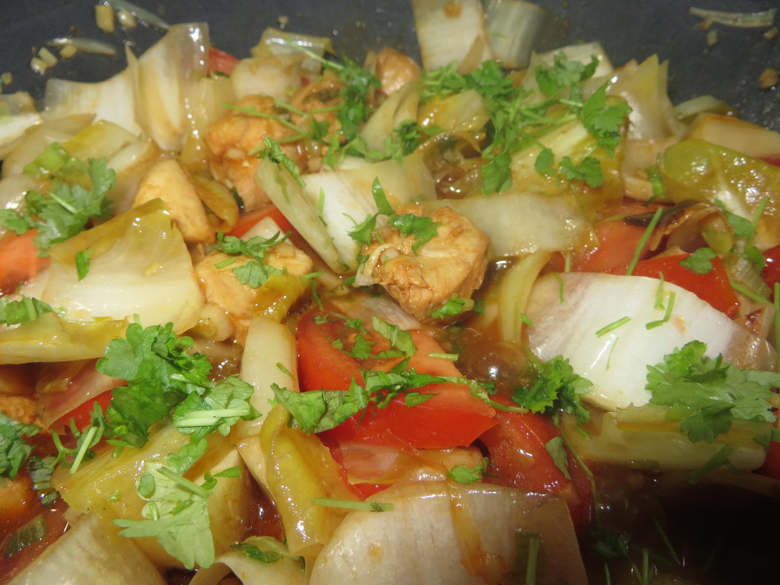 Chicorée Wok Rezept mit Hähnchenbrust und Koriander