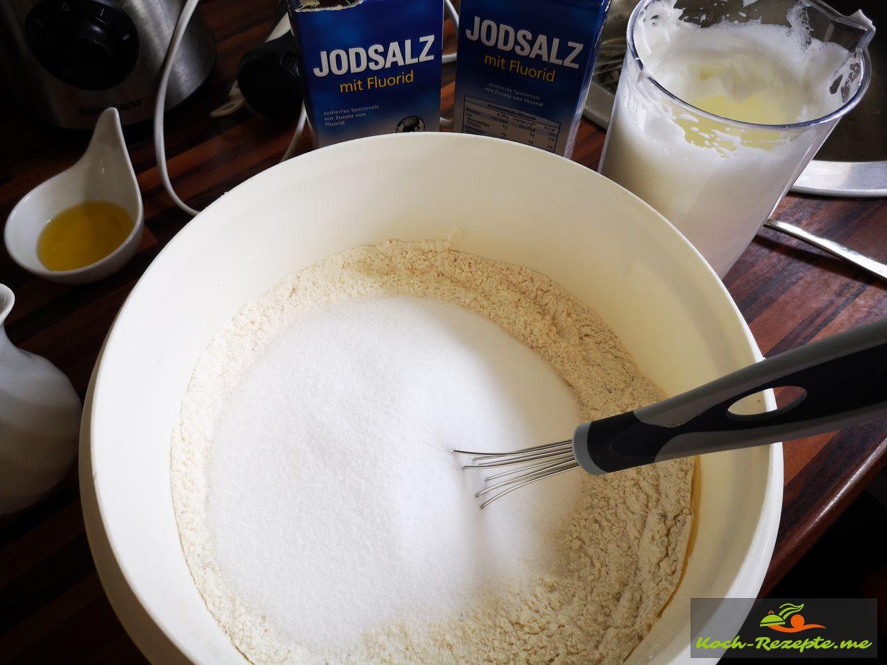 Mehl,Salz und Kräuter vermischen für Sellerieknolle backen im Salzmehlteig Mantel.