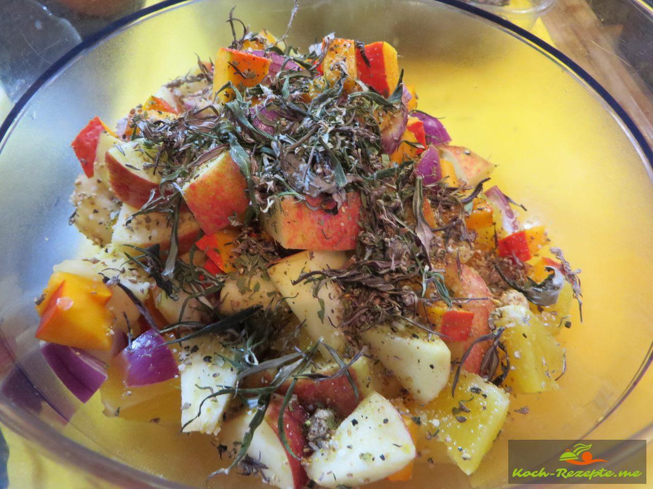 Kürbis ,Apfel, rote Zwiebel und Kürbis in Stücke schneiden und würzen