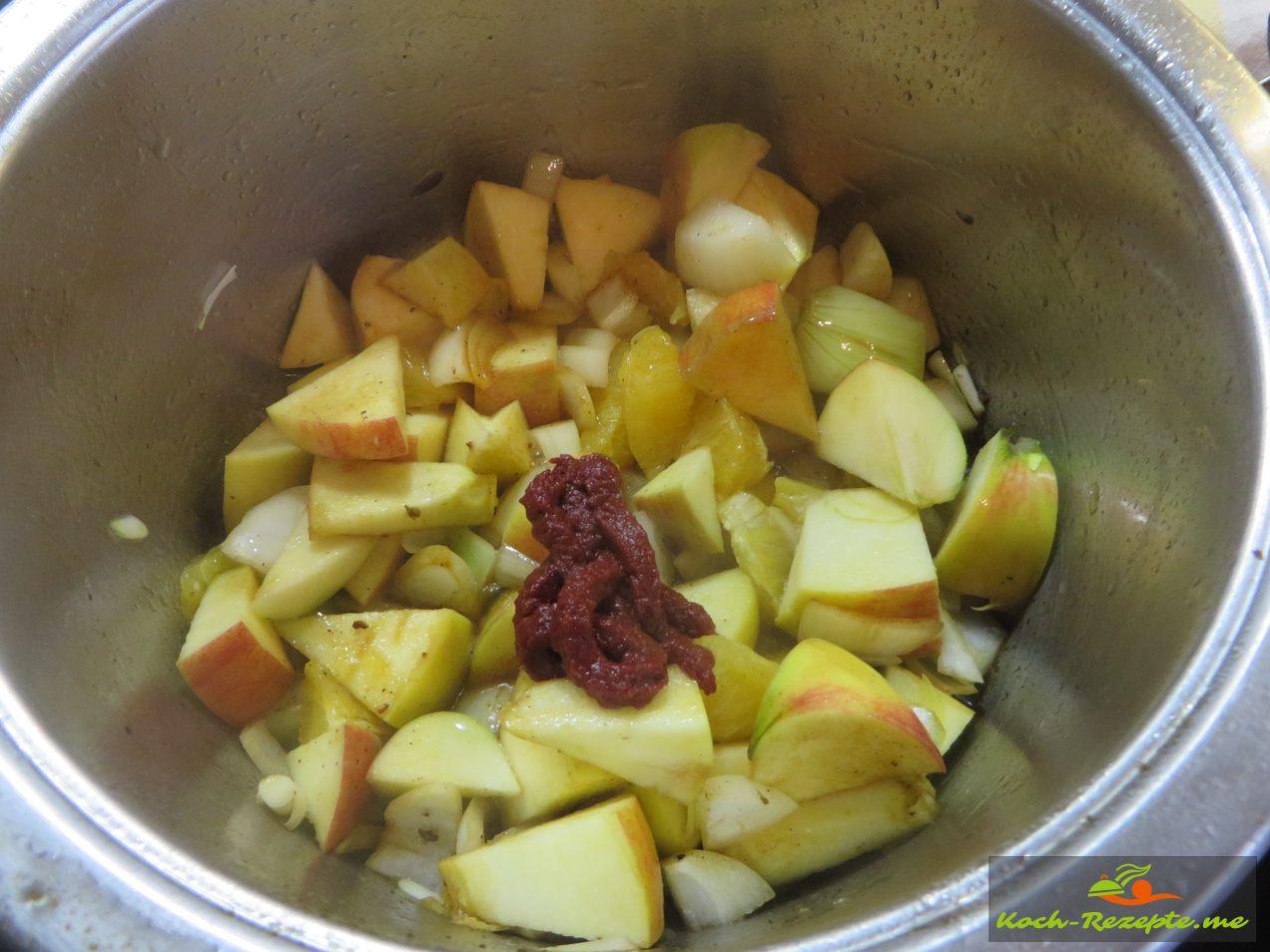 Sauce für Gänsebraten kochen, abgeschöpfter Gänseschmalz,  Apfel, Apfelsiene, Zwiebel ,Tomatenmark anbraten