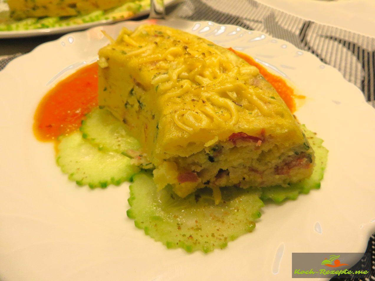 Omnia Kartoffel Kuchen,  auf einem Gurken Carpaccio mit Ajvar Sauce