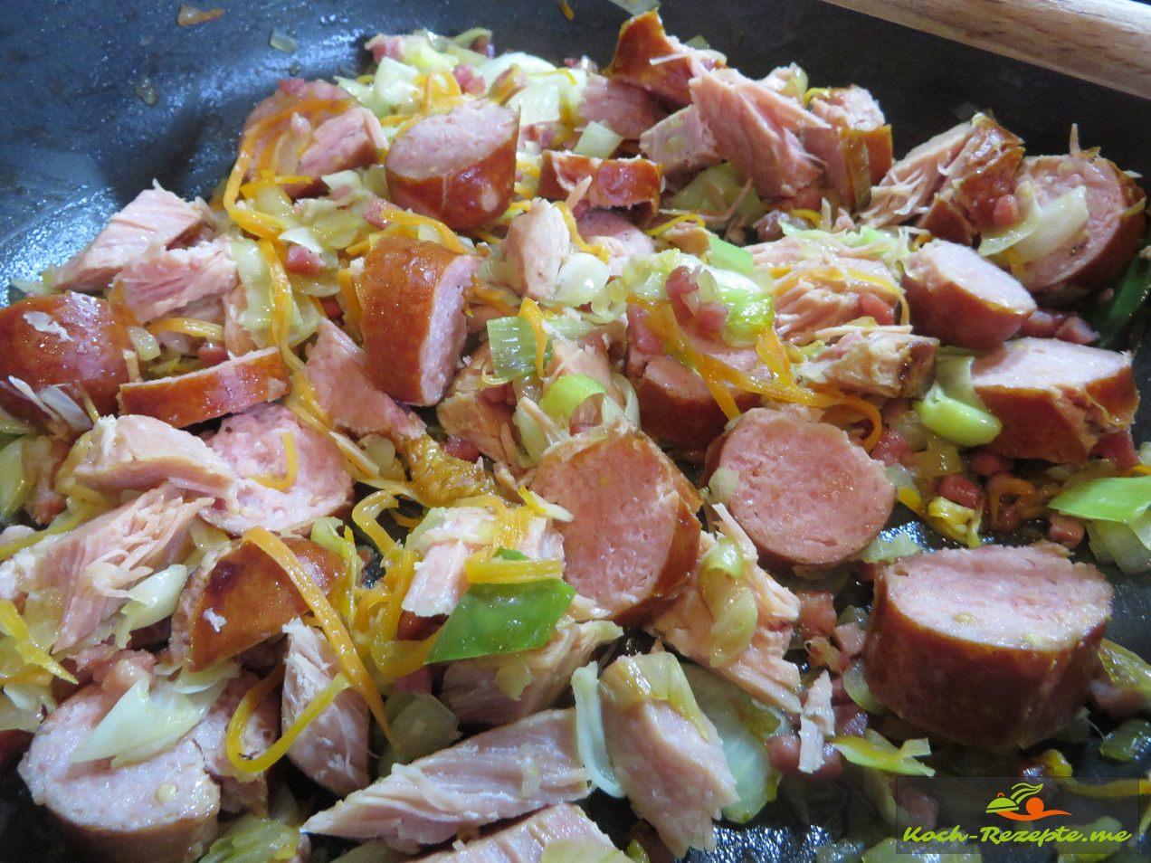 Jetzt kommt das Gemüse und Fleisch  in den Eintopf