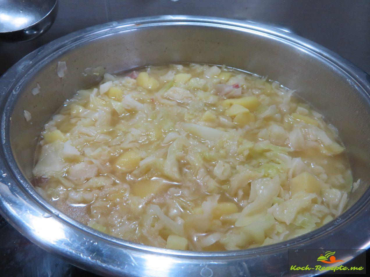 Wirsingkohl mit der Kartoffelbrühe aufkochen