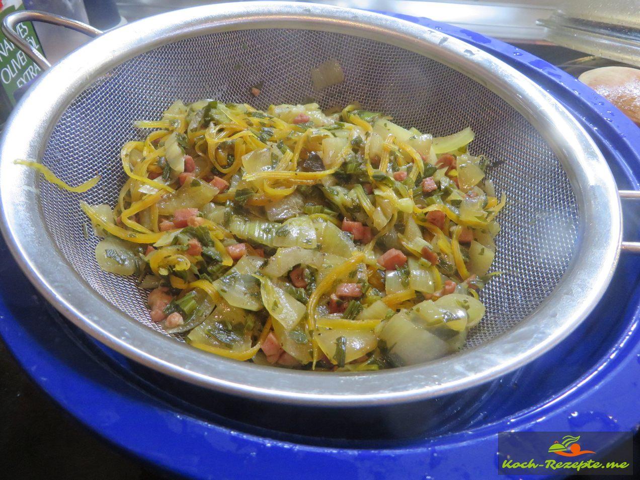 Schweinefleisch und Gemüse raus nehmen und die Sauce herstellen