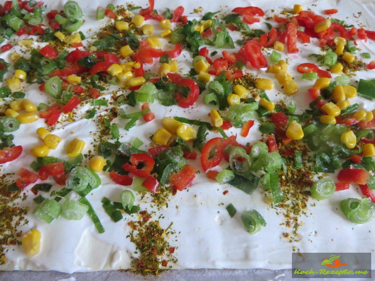 Blätterteig mit Paprika,Frühlingszwiebelund Mais verteilen