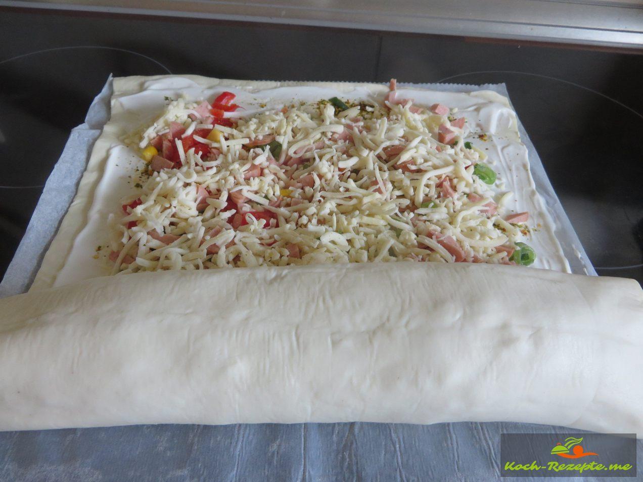 Den Pizzateig aufrollen