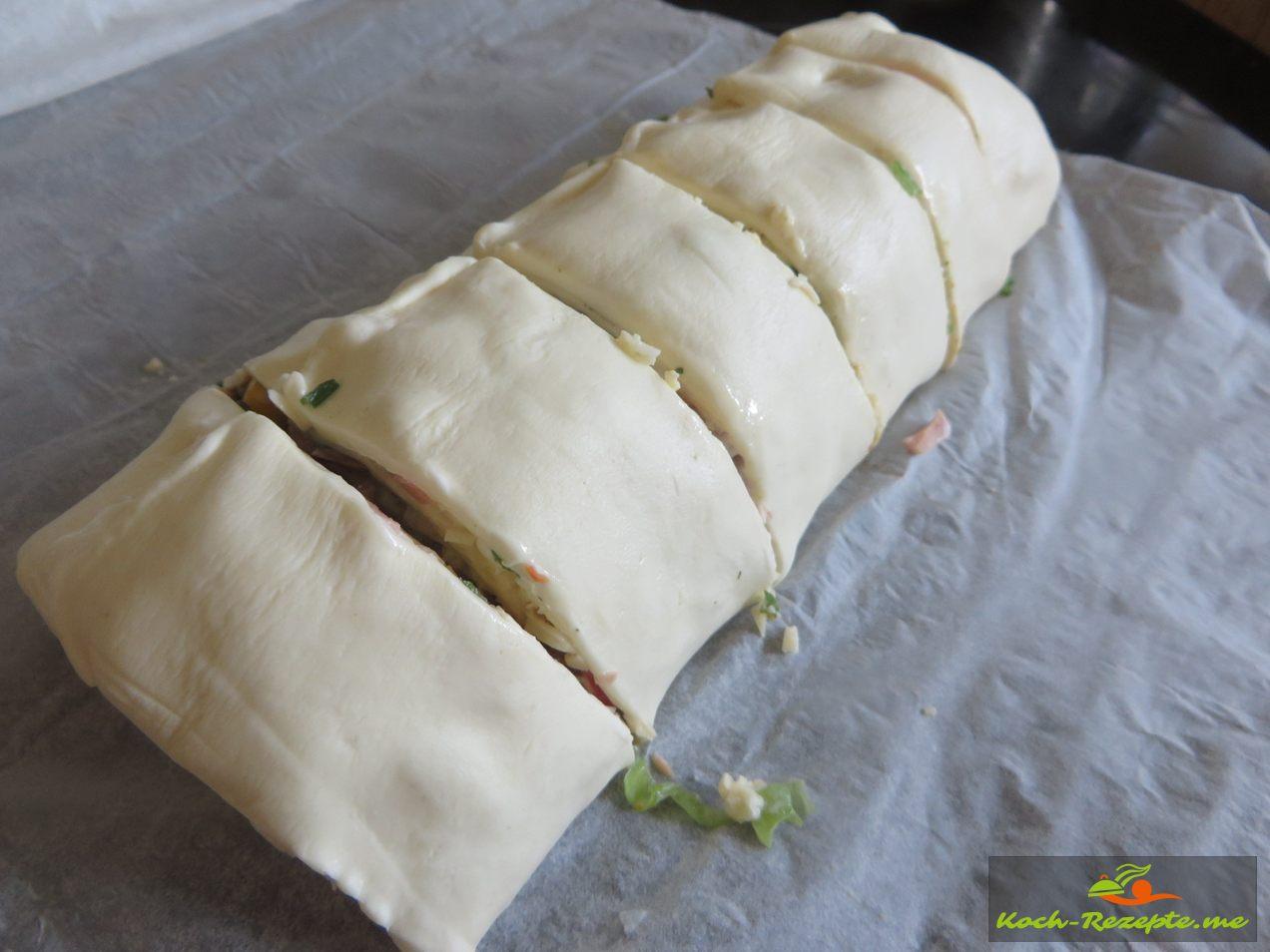 Blätterteig in Stücke schneiden, aufs Backblech ausbacken bei 220 Grad O/U Hitze 20 Minuten