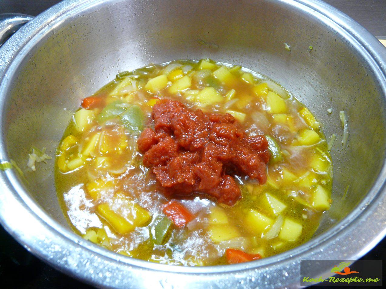 Succotash  mit  Tomatenwürfel in den Eintopf.