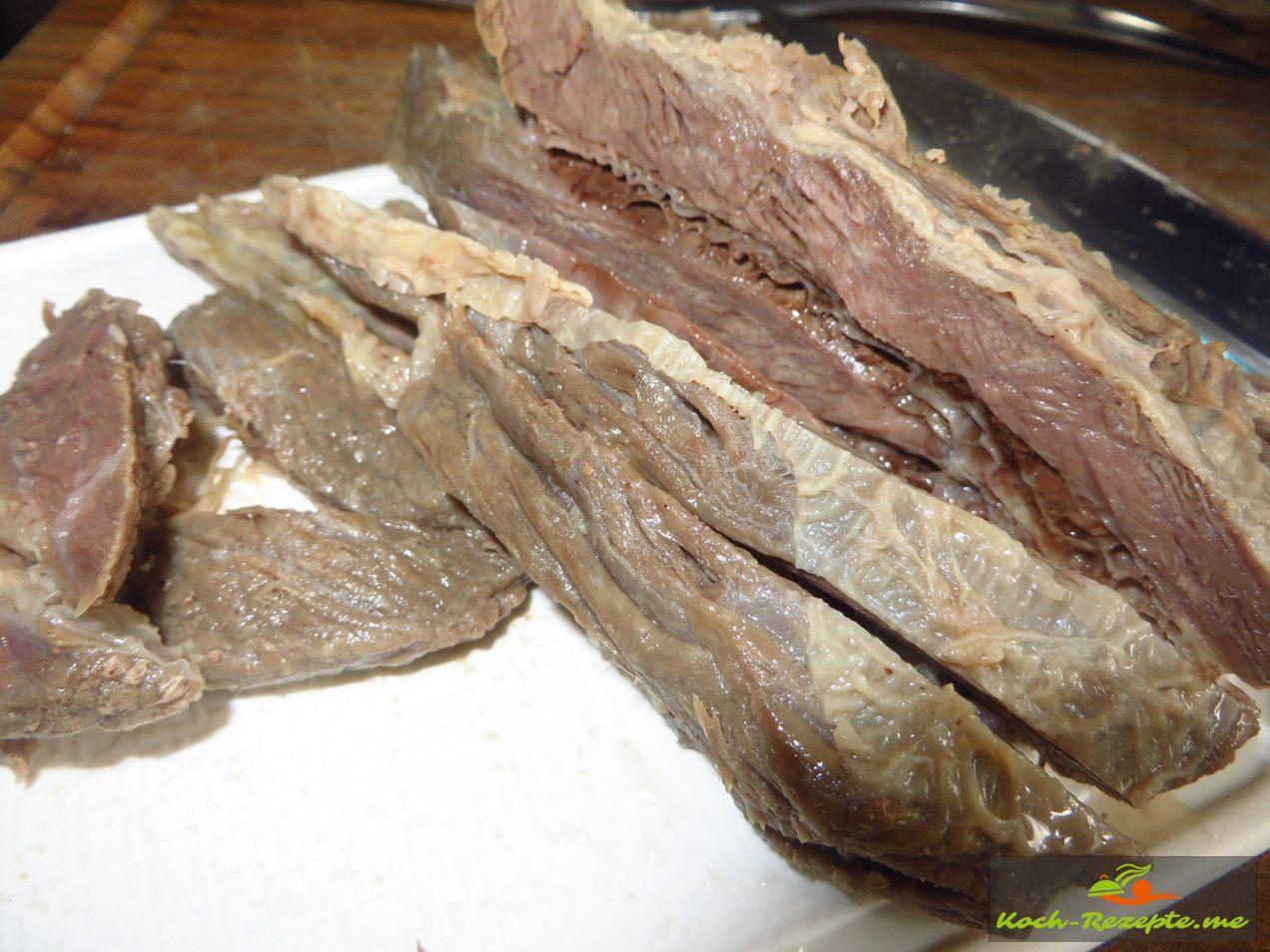 Fleisch aus denr Brühe nehmen und in Scheiben schneiden, dann die Brühe würzen mit Salz und Safran