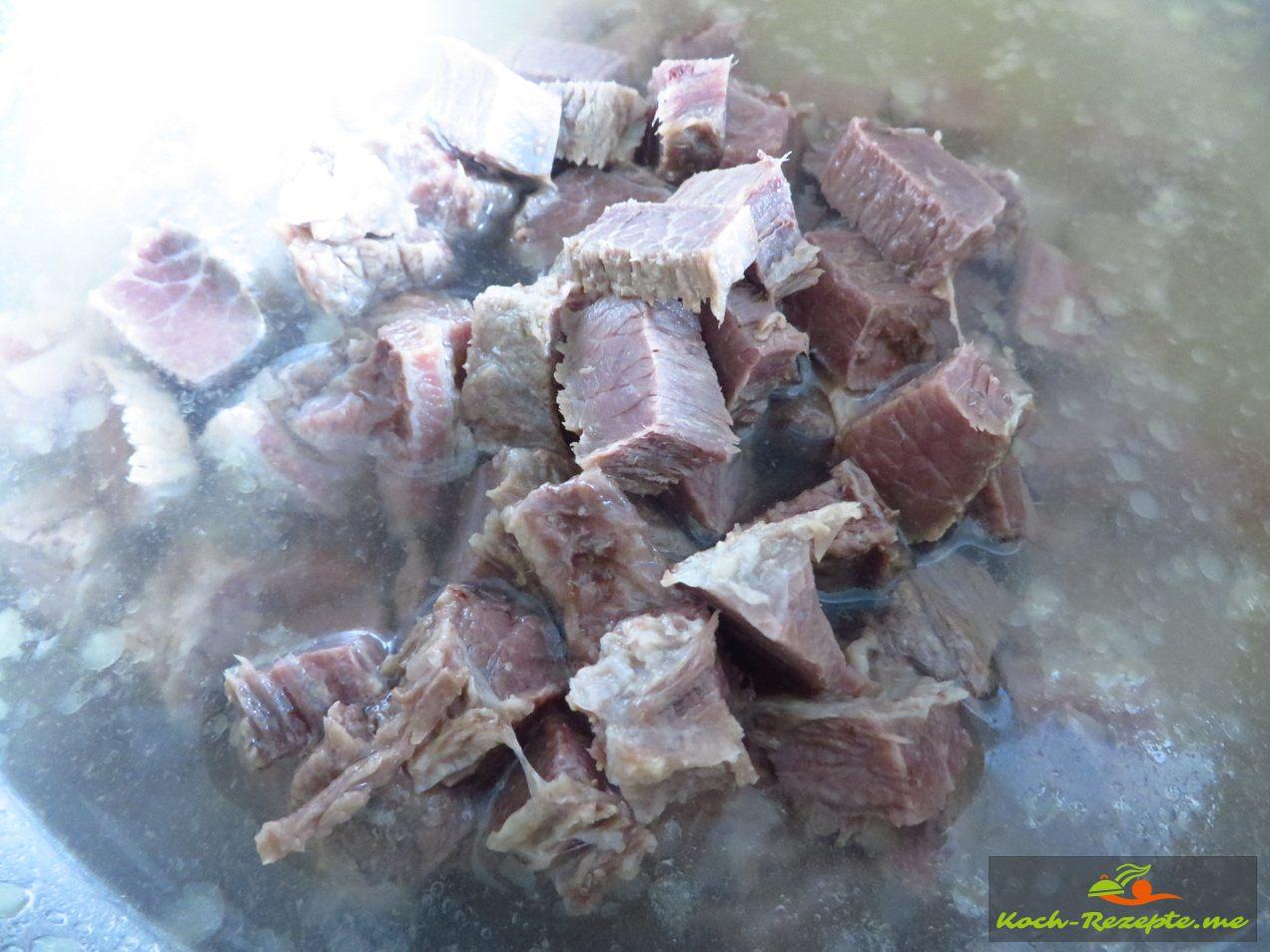 Die Scheiben Rindfleisch in Würfel schneiden.