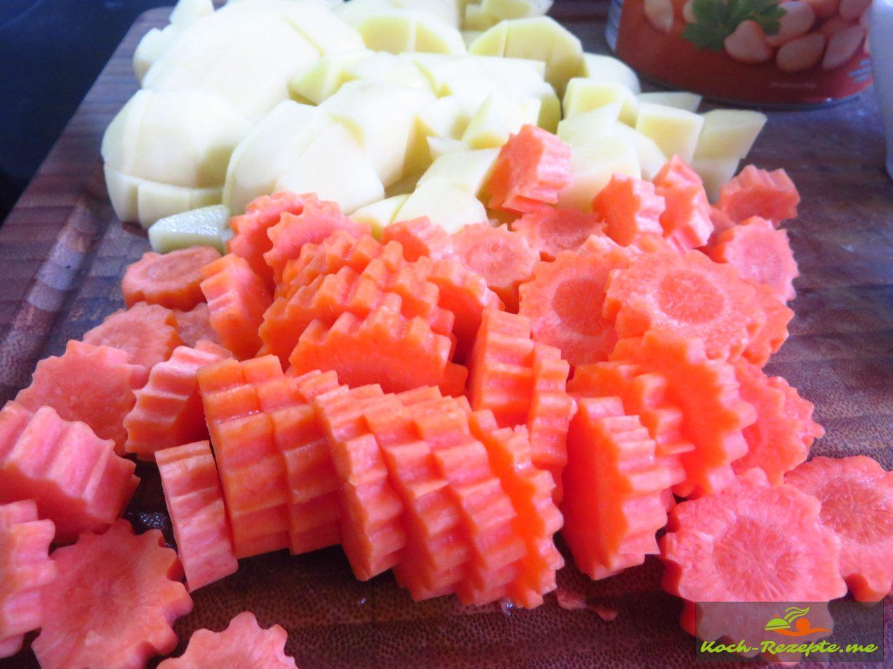 geschälte Möhren und Kartoffeln in Scheiben und Würfel schneiden