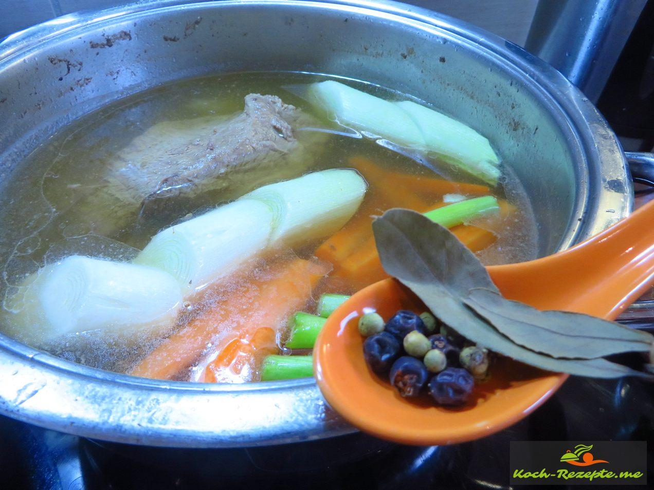 Tafelspitz Rindfleisch Suppe mit Gemüse und Gewürze: Lorbeerblätter, Wacholderbeeren und Pfefferkörner