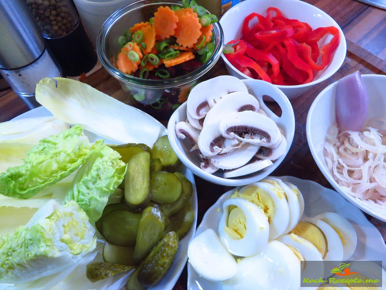 Alle Zutaten Mundgerecht geschnitten gekochte Eier,Champignons,Möhre, Frühlingszwiebelgrün,Paprika, Kidnaybohnen, Chalotten, Chicorée