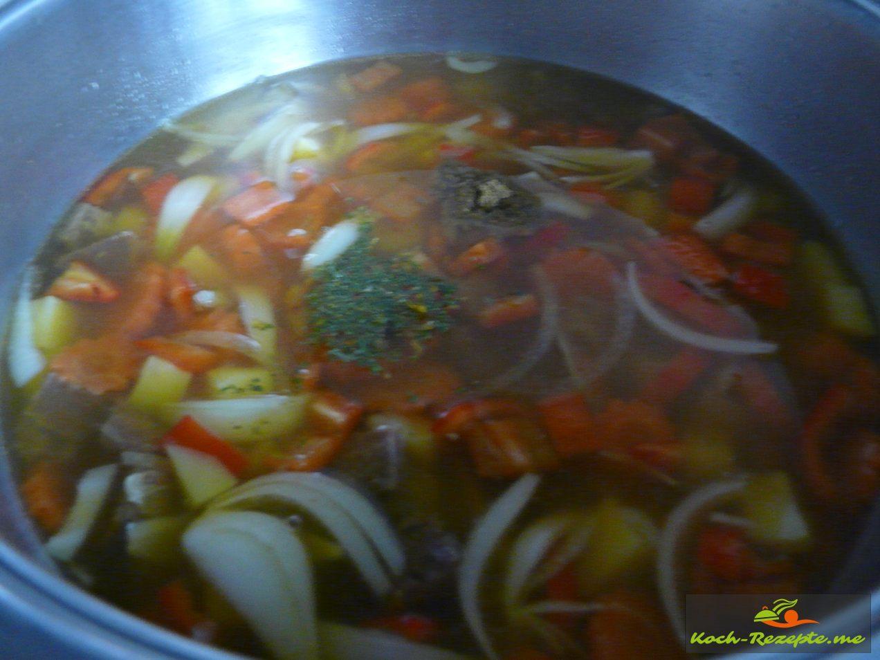 Suppe ansetzen mit Fleischwürfel, gepresster Knoblauch,Kartoffelwürfel und Möhrenscheiben, Kreuzkümmel,Sambal Olek und Chili  8-10 Minuten kochen