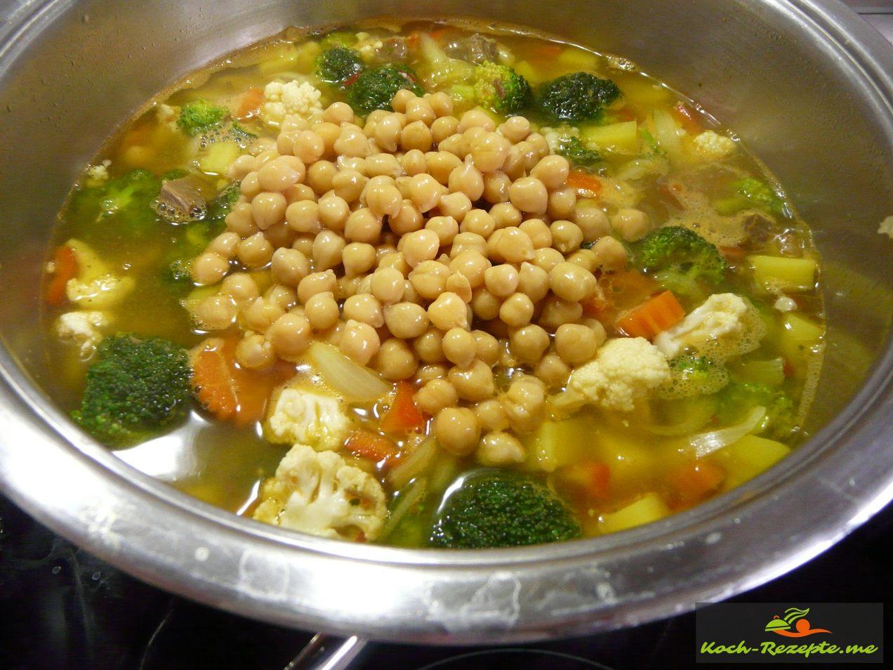 Kichererbsen in die Suppe geben und kurz erhitzen